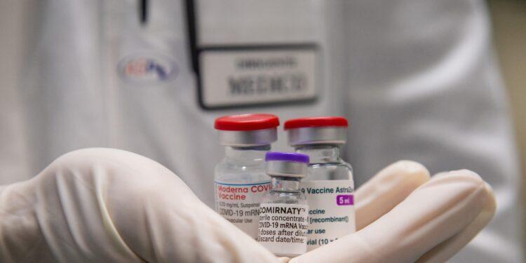 Cinque decessi in due giorni. Somministrati 3.212 vaccini