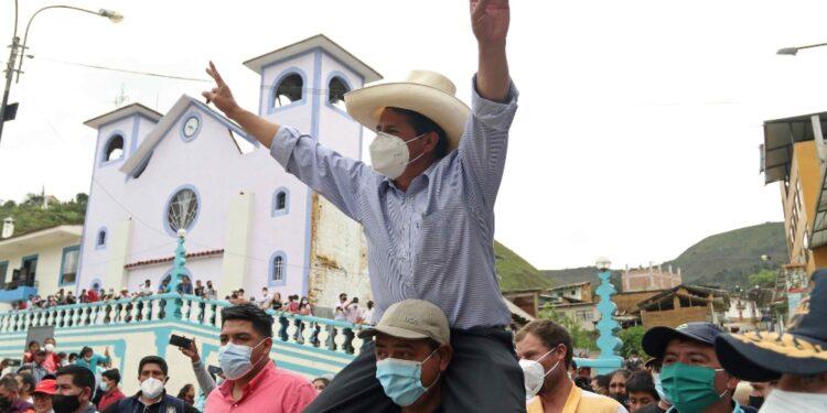 Il candidato di Perù Libre guida i consensi alle presidenziali