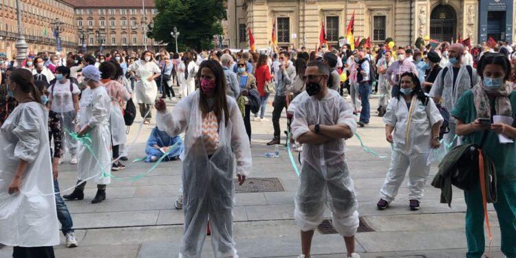 Infermieri e medici in piazza