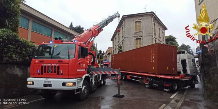 Il camion incastrato a Cantù