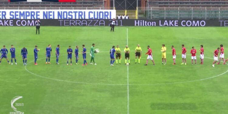 Il calcio d'inizio di Como-Grosseto