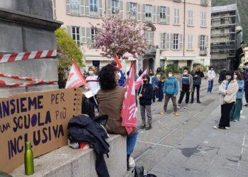 Protesta per la scuola in piazza a Como