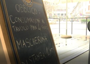 Tavolini all'aperto di un bar a Cantù