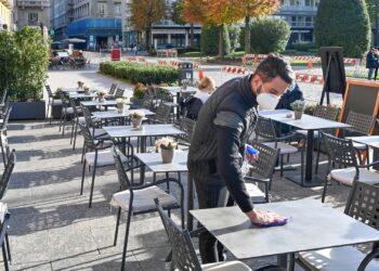 cameriere al lavoro tra i tavoli