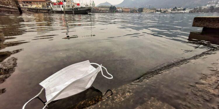 Una mascherina sul lago di Como