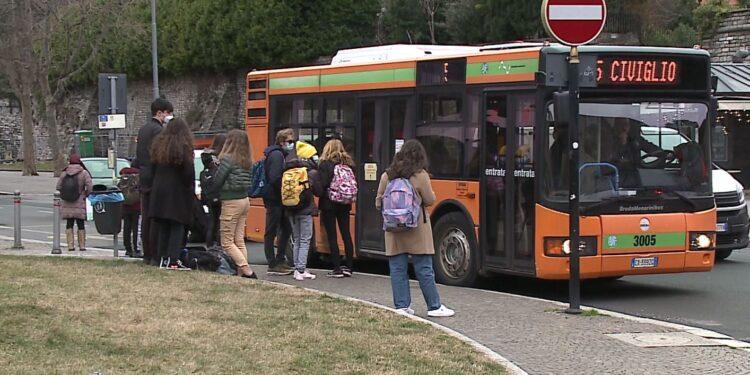 Studenti prendono un bus in piazza Vittoria a Como