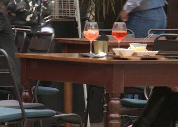 Tavolini di un bar all'aperto