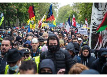 Lacrimogeni e cannoni ad acqua per disperdere la folla