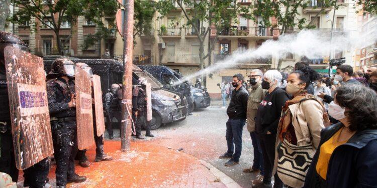 Attivisti anti-sfratti occupano la sede di Erc a Barcellona