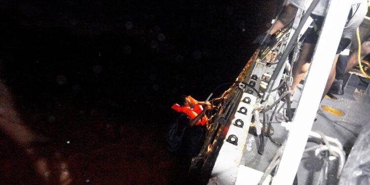 Finora tratti in salvo 177 operai della chiatta petrolifera
