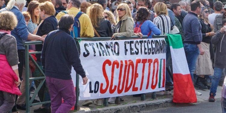 In centinaia davanti locale Chivasso chiuso per violazione norme