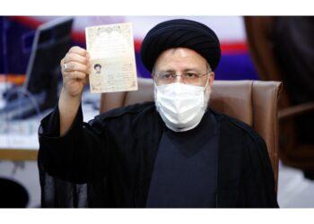 Fuori causa Ali Larijani. Bocciato anche l'ex leader Ahmadinejad