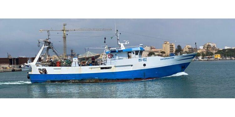 """""""San Giorgio I"""" accerchiato da alcune imbarcazioni si allontana"""