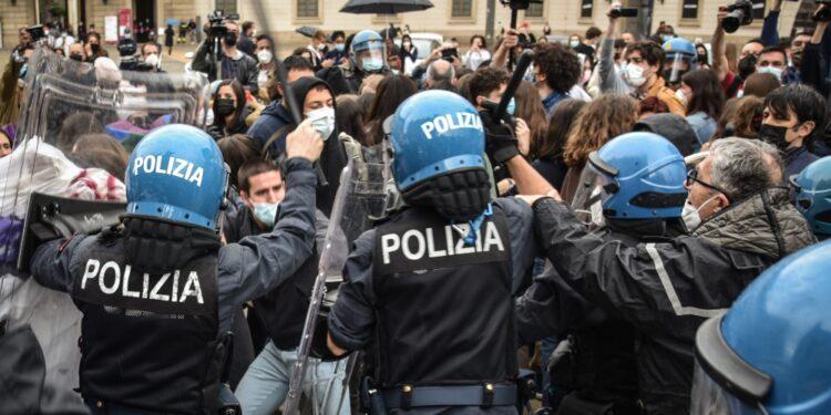 Manifestanti contro iniziativa anti ddl Zan in Duomo con Salvini