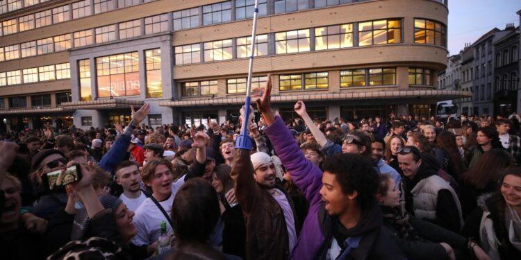 Centinaia di persone in piazza nel primo giorno riapertura bar