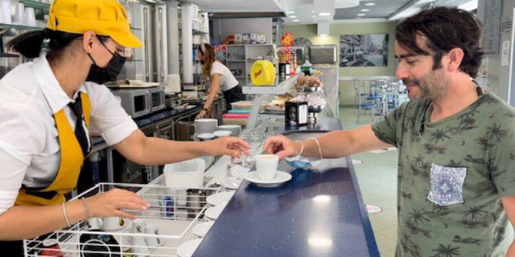 Cappuccino e pasta nei tavolini interni