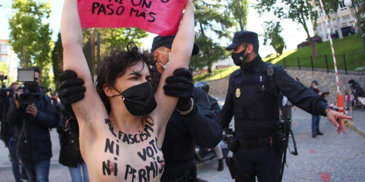 Protesta al seggio della candidata di Vox Rocío Monasterio