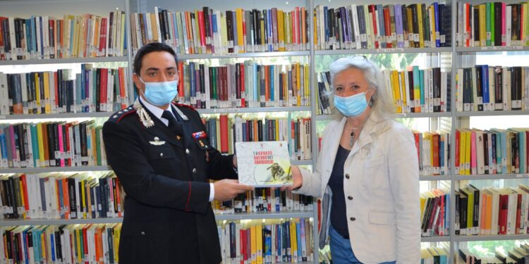 Donazione libro carabinieri