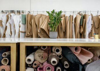 azienda tessile, scampoli di tessuto e modelli per abiti