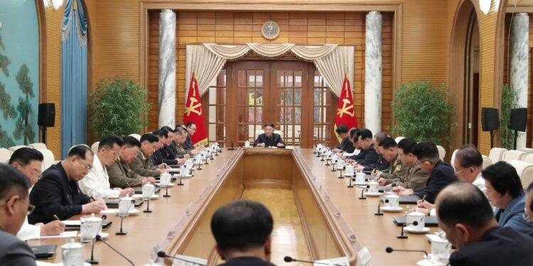 Leader presiede riunione Politburo e fa convocare il 'plenum'