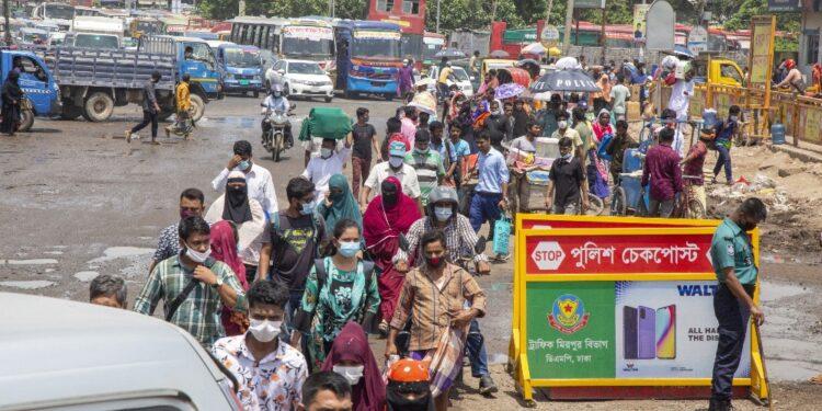 Decine di migliaia in fuga verso i villaggi