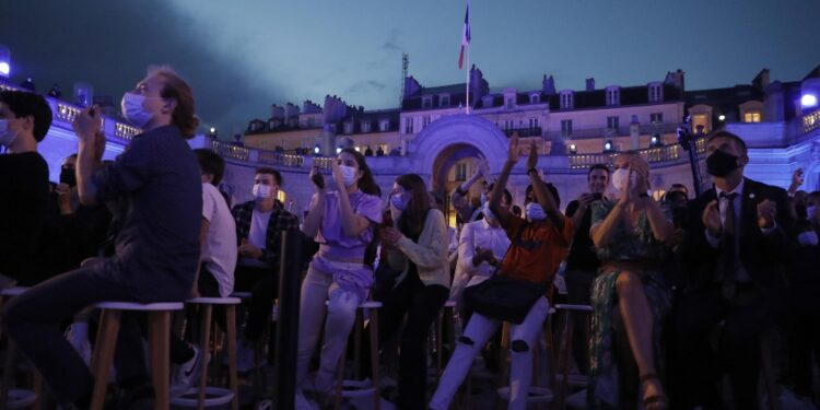 Violate regole assembramento a Parigi