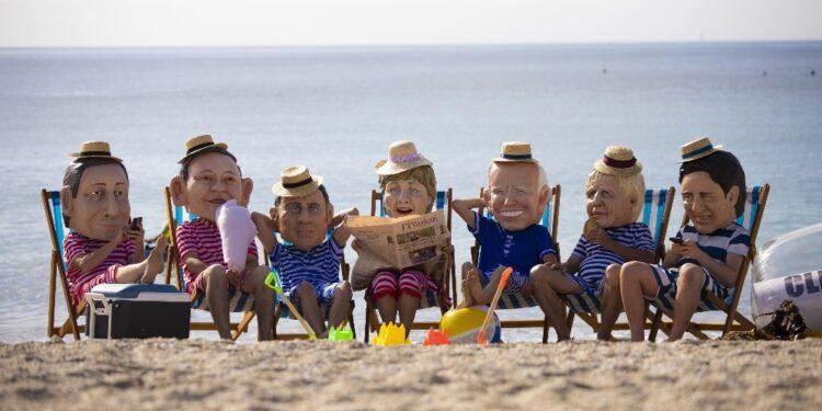 Iniziativa Oxfam in spiaggia con le caricature dei leader
