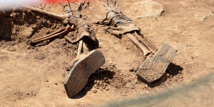 Si scava nella fossa comune della strage di Badush del 2014