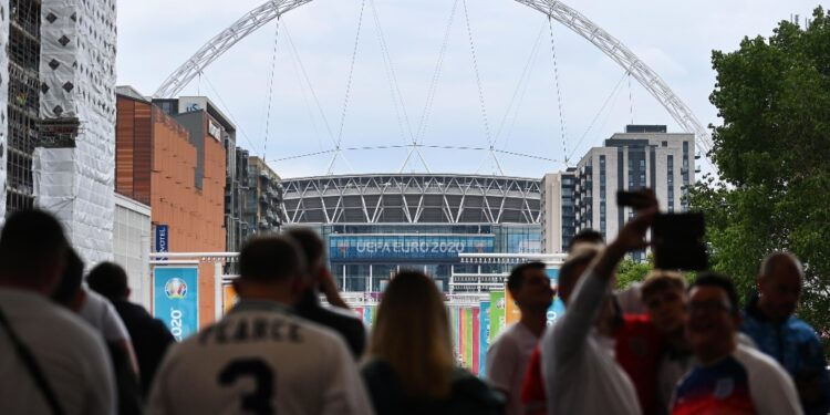 'Londra impone restrizioni ai britannici ma accoglie visitatori'
