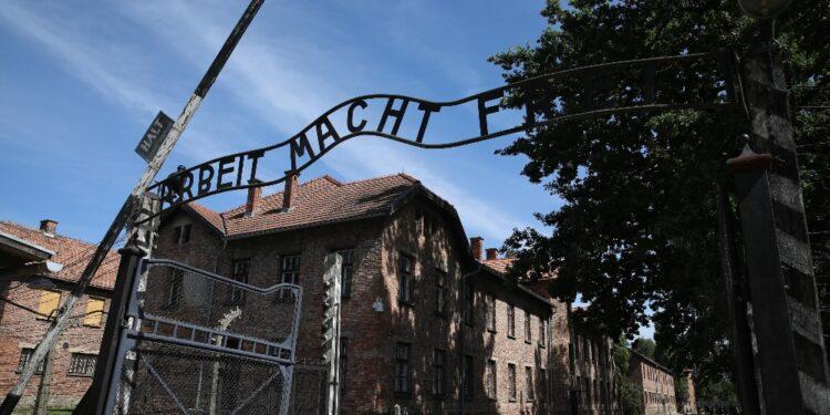 Col carrarmato abatté la recinzione elettrica del campo nel 1945