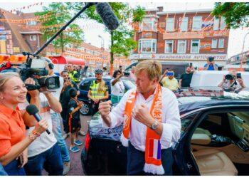 Stringe mani ai tifosi durante Olanda-Austria