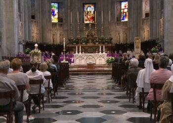 Un momento dei funerali di monsignor festorazzi all'interno della cattedrale di como