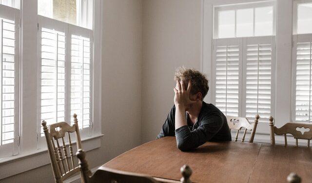 persona seduta sola in casa