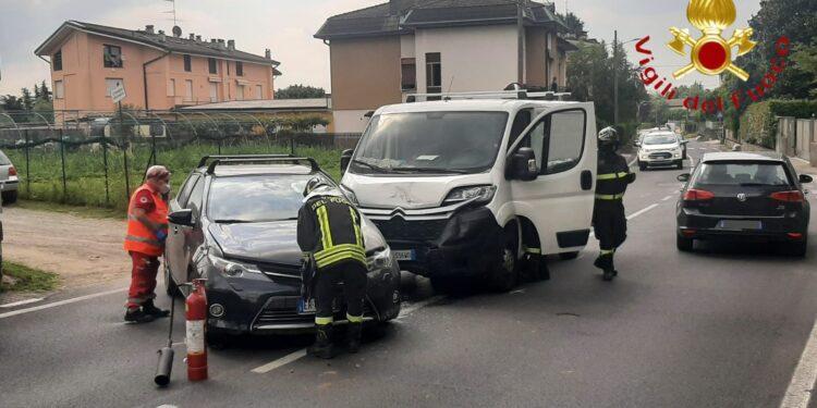 i mezzi coinvolti nell'incidente in mezzo alla strada