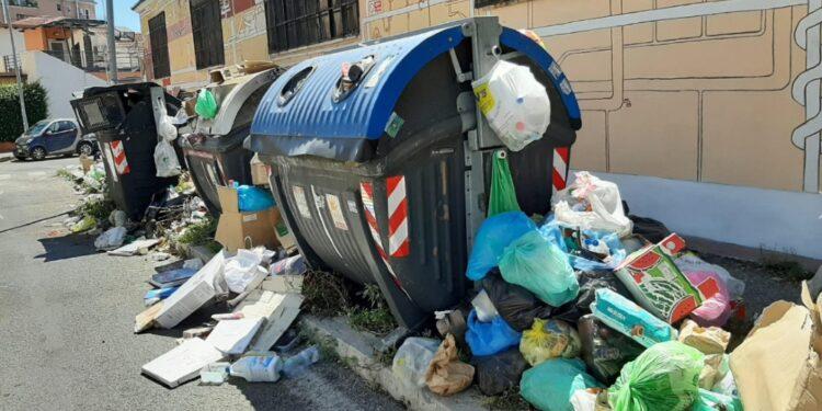 Protesta contro caos rifiuti su via Tuscolana