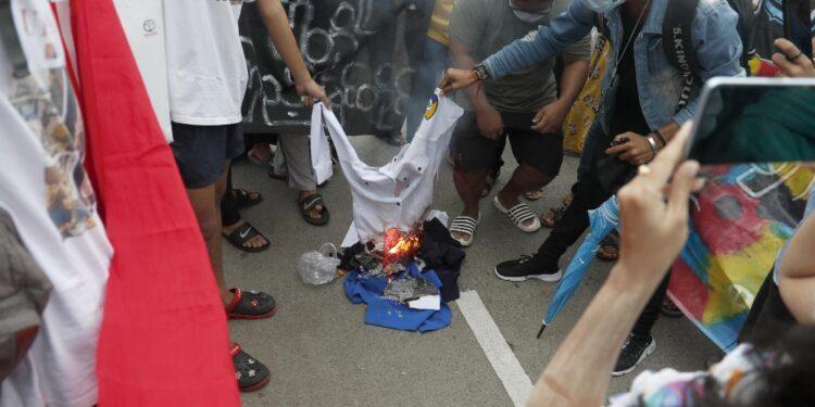 La protesta dei manifestanti anti-golpe contro Min Aung Hlaing