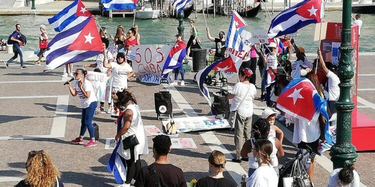 Una cinquantina di cubani con bandiere e striscioni