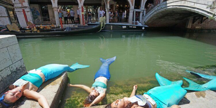 Cinque ragazze con i costumi a coda in canale Santi Apostoli