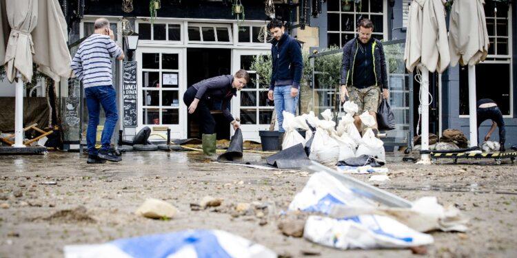 La popolazione del posto esortata dalle autorità ad evacuare