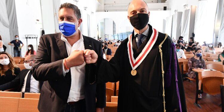 Consegna a studenti Scienze Politiche diplomati durante pandemia