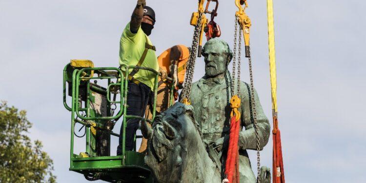 Charlottesville dice addio a effige generale schiavista
