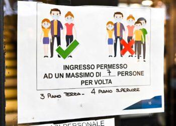 Centro storico di Como. Seconda ondata, coronavirus, covid, misure restrittive: avvisi e cartelli per accesso ai negozi.