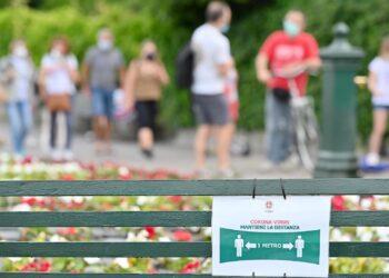 Como (fase 2), fine settimana affollato: cartello distanziamento sociale.