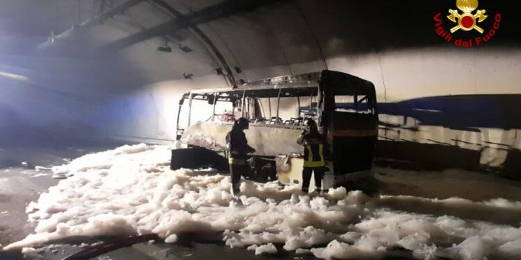 l'autobus incendiato all'interno della galleria