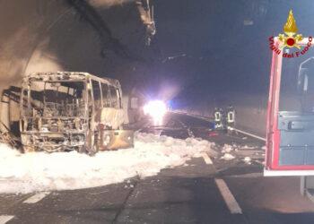 autobus bruciato nella galleria fiumelatte della sttale 36