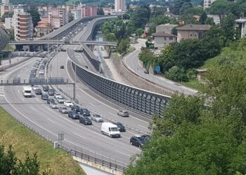 code in autostrada svizzera vicino alla dogana con l'Italia (Chiasso)