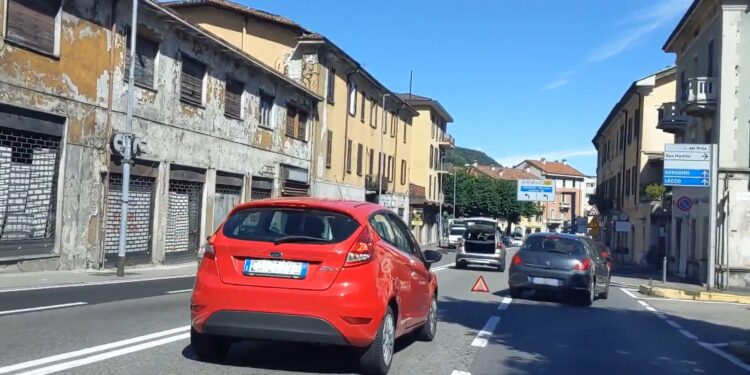 coda per auto in panne in via Napoleona, a Como