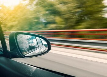 uno specchietto auto in movimento