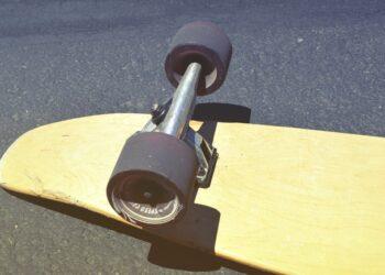 Uno skateboard a terra rovesciato