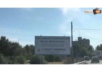 Affissi nelle strade più trafficate del capoluogo sardo